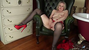 Mature lady has such a mean pussy